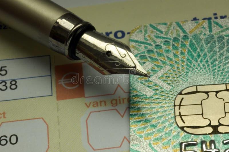 Factures de paiement par par la carte de crédit images libres de droits
