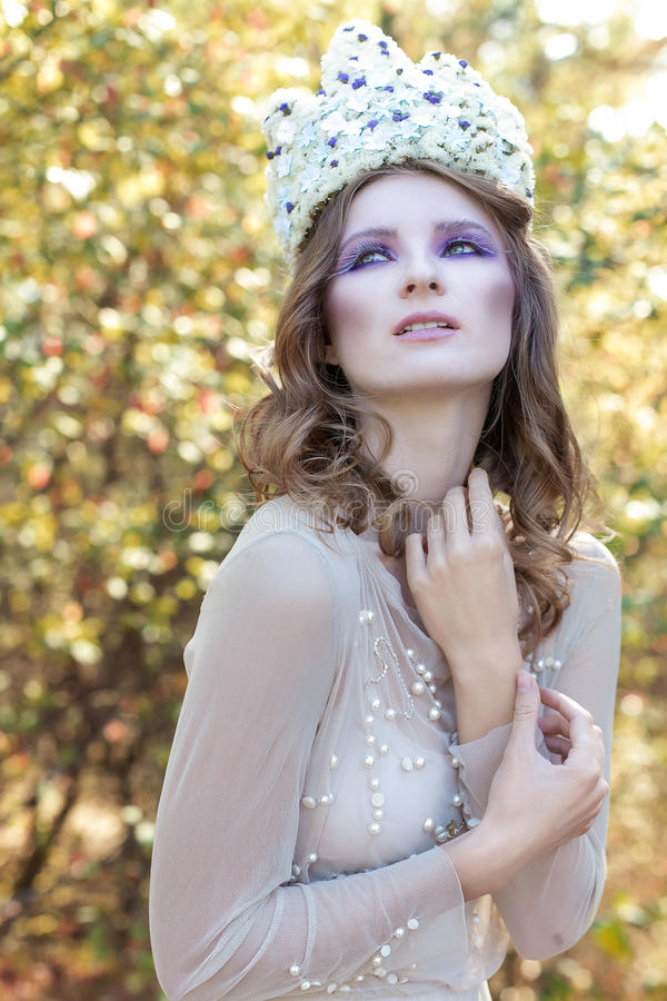 Fada feericamente graciosa delicada bonita bonita em uma coroa da flor fotografia de stock