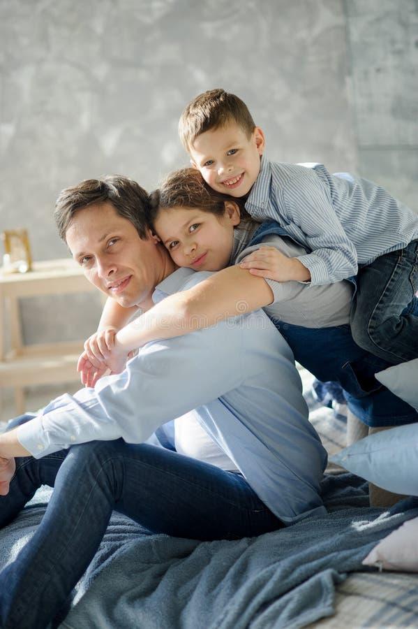 Fader av tre barn royaltyfri foto