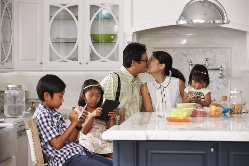Fader Leaving For Work efter familjfrukost i kök arkivbilder