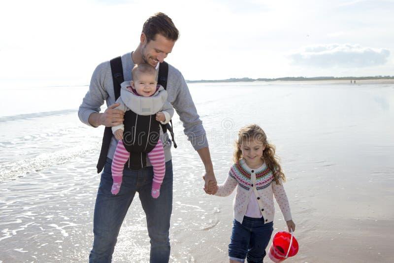 Fader med barn på stranden royaltyfri fotografi