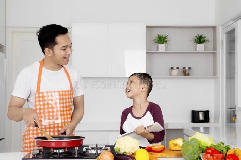 Fader med barnet i köket fotografering för bildbyråer