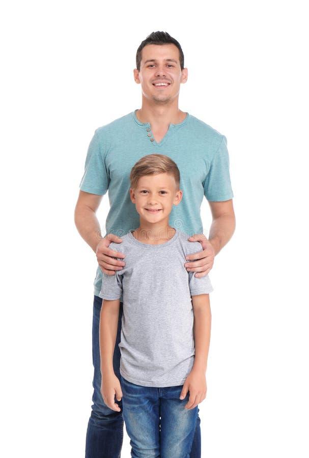 Fader med barnet på vit bakgrund royaltyfri fotografi
