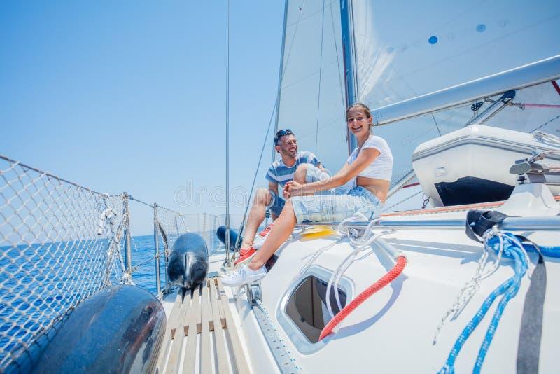 Fader med den förtjusande dottern som vilar på yachten arkivbilder