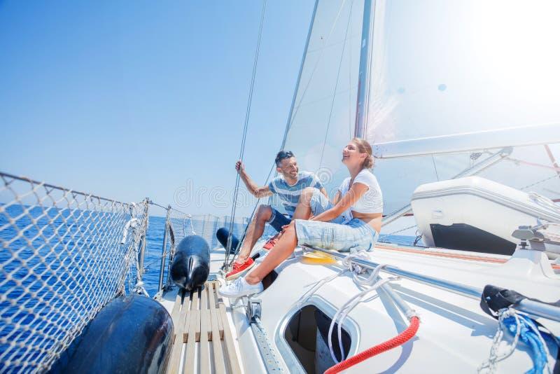 Fader med den förtjusande dottern som vilar på yachten royaltyfri bild