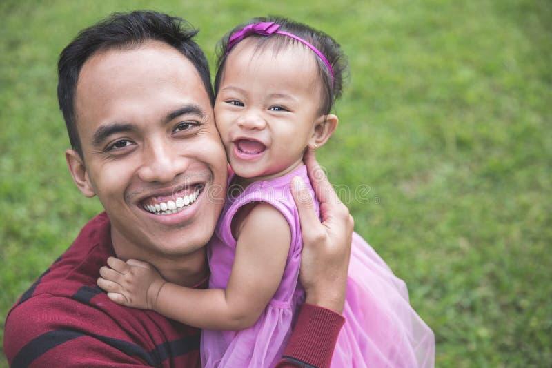 Fader med den lilla dottern utomhus royaltyfri foto