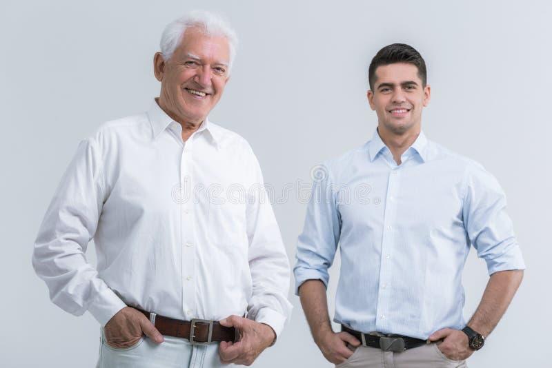 Fader med den vuxna sonen arkivbild