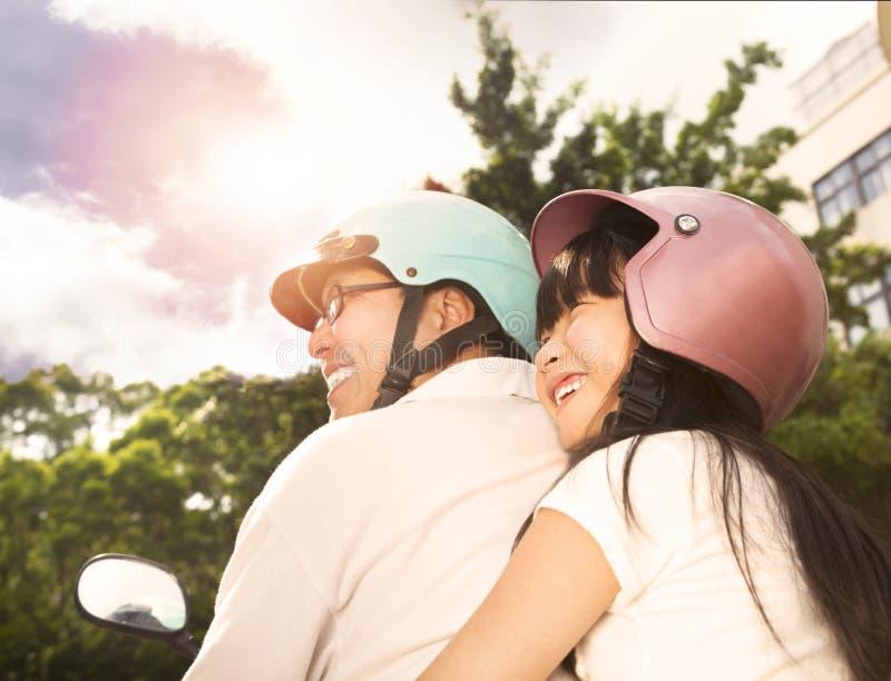 Fader med dottern på cykeln royaltyfri foto