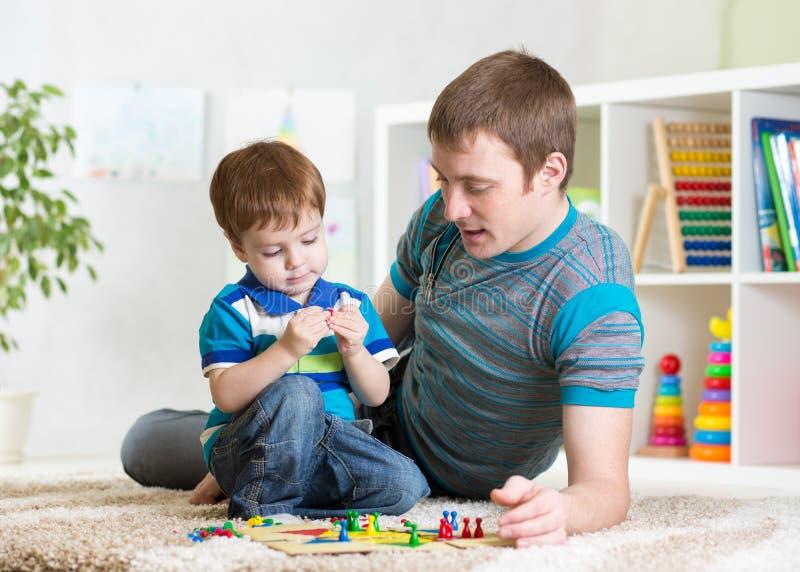 Fader med hans barnflickalek tillsammans royaltyfria bilder