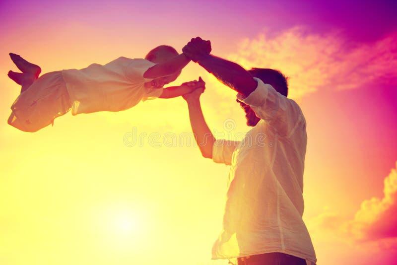 Fader med hans lilla spela för son som är utomhus- royaltyfria foton