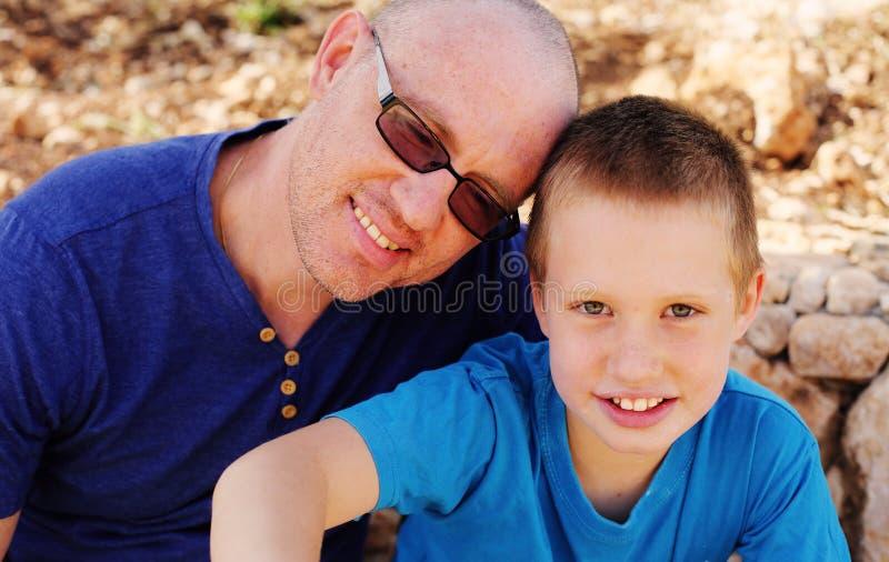 Fader med sonen arkivbild