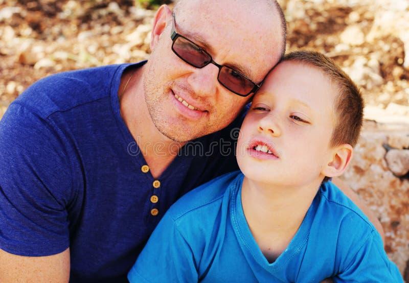 Fader med sonen royaltyfri bild