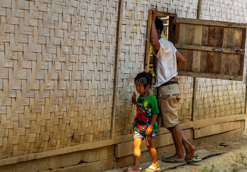 Fader och barn nordliga Laos royaltyfri foto