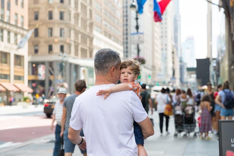 Fader och barn som tillsammans tar en gå i New York City arkivfoton