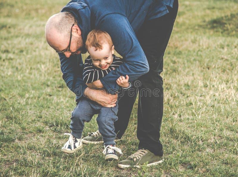 Fader och barn utomhus fotografering för bildbyråer