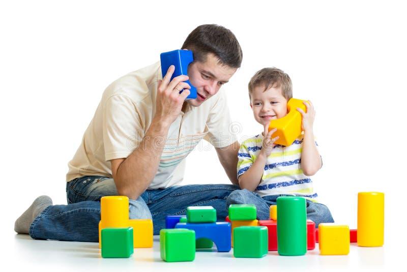 Fader- och barnsonroll som tillsammans spelar arkivbild