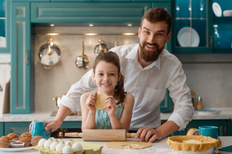 Fader och dotter i kök royaltyfria foton