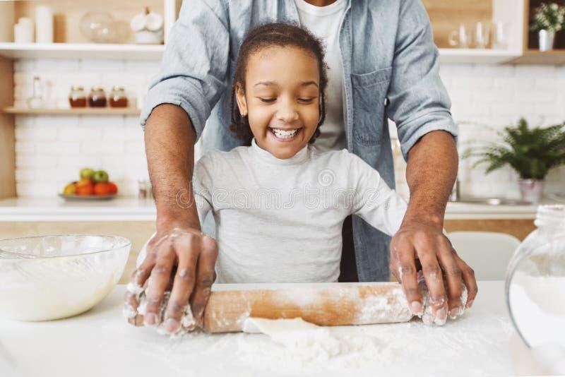 Fader och dotter i k?k royaltyfri foto