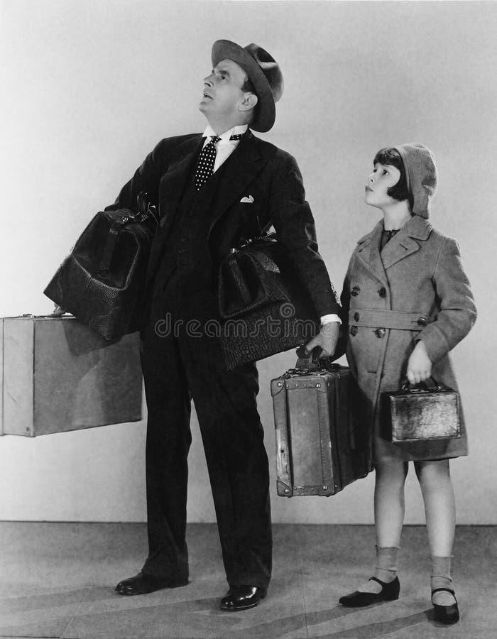 Fader och dotter med bagage (alla visade personer inte är längre uppehälle, och inget gods finns Leverantörgarantier som där arkivfoton