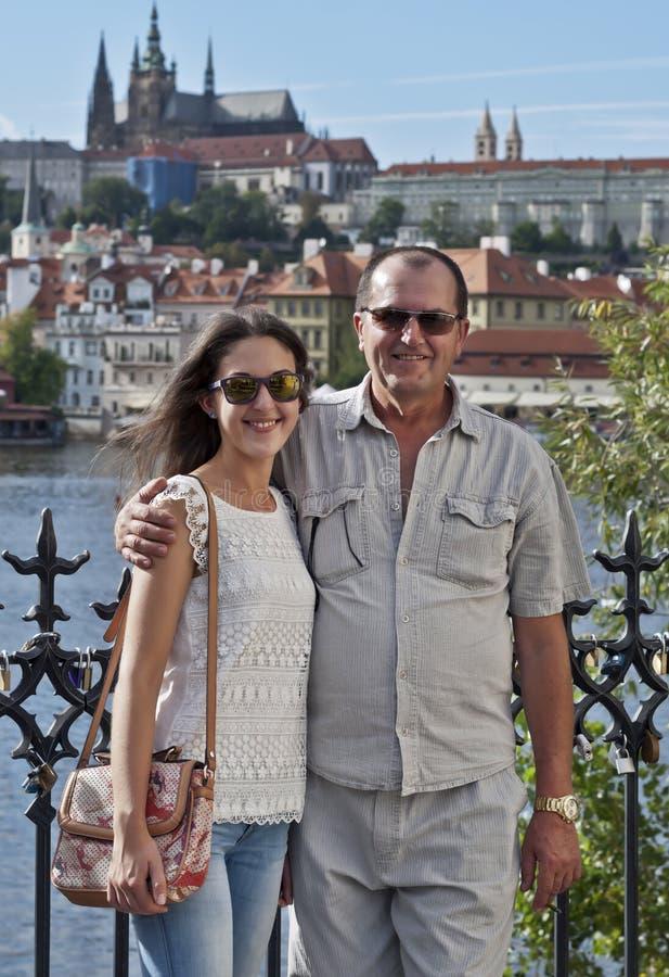 Fader och dotter på gå royaltyfri bild