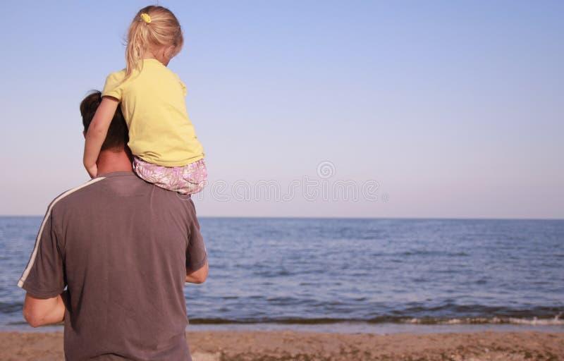 Fader Och Dotter På Havskusten Arkivfoto