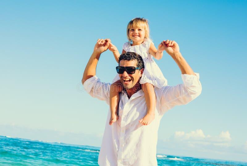 Fader och dotter på stranden royaltyfria foton