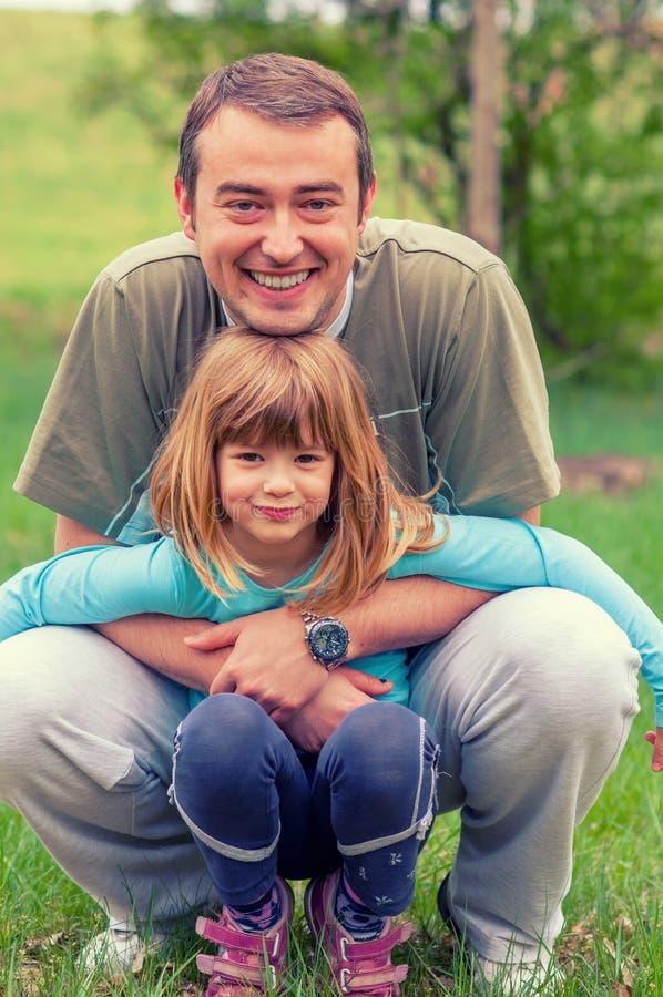 Fader och dotter som har gyckel i naturen royaltyfri fotografi