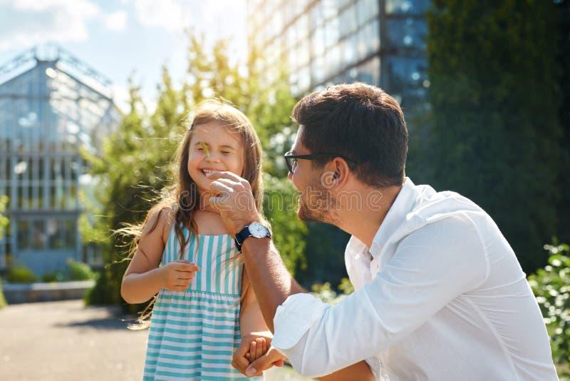 Fader och dotter som har gyckel Lycklig farsa som spelar med ungen royaltyfria bilder