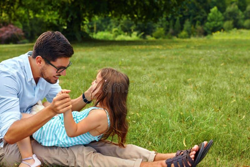 Fader och dotter som har gyckel Lycklig farsa som spelar med ungen arkivbilder