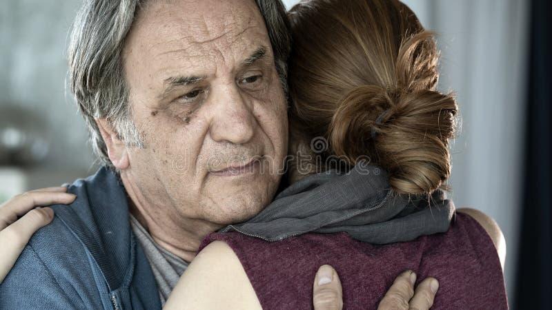 Fader och dotter som tätt kramar upp sikt arkivbild