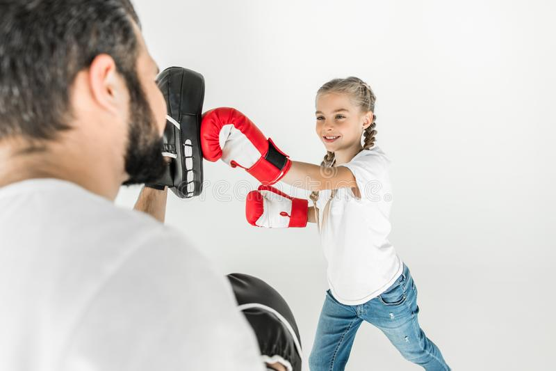 Fader och dotter som tillsammans boxas fotografering för bildbyråer