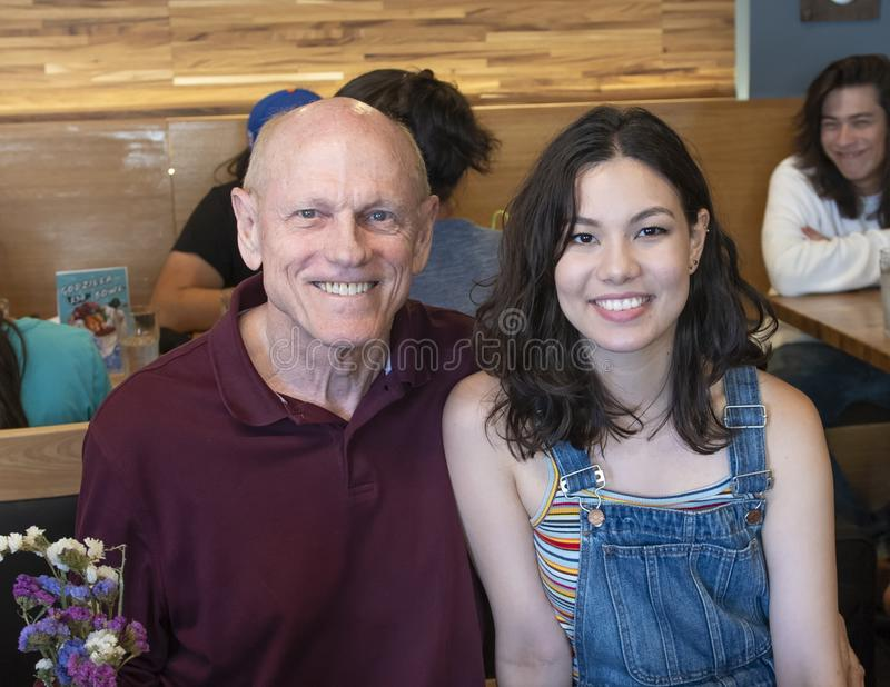 Fader och dotter som tycker om en familjsemester i Seattle, Washington arkivbilder