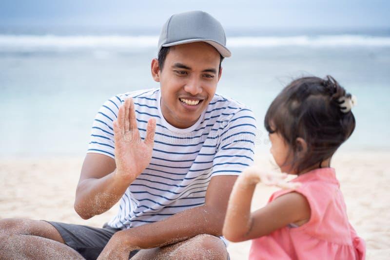 Fader- och dotterhöjdpunkt fem arkivfoton