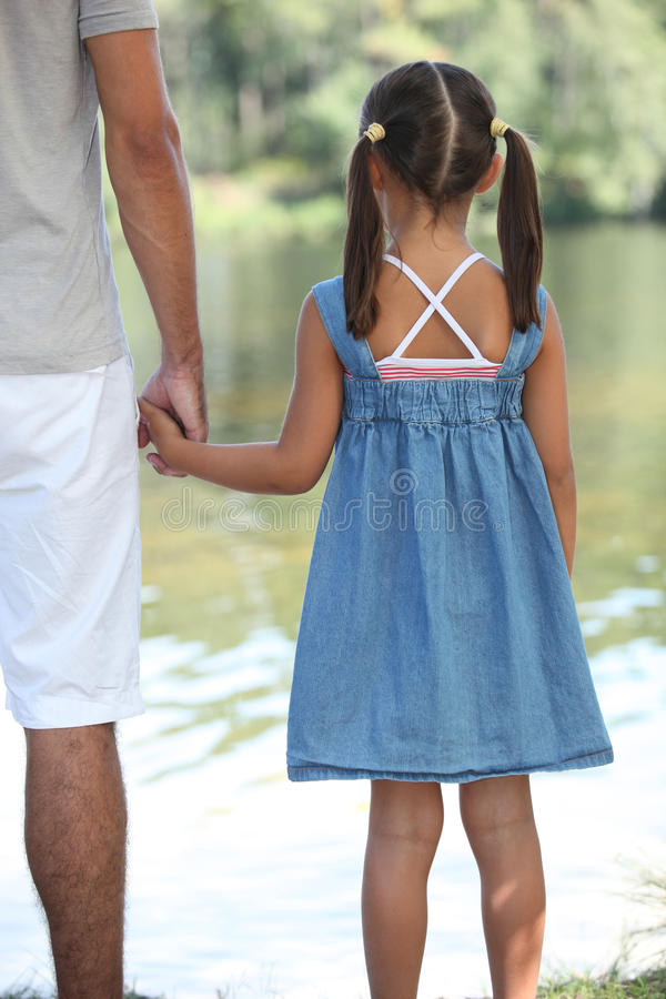 Fader- och dotterinnehavhänder fotografering för bildbyråer