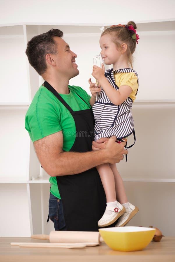 Fader- och dottermatlagning royaltyfri bild