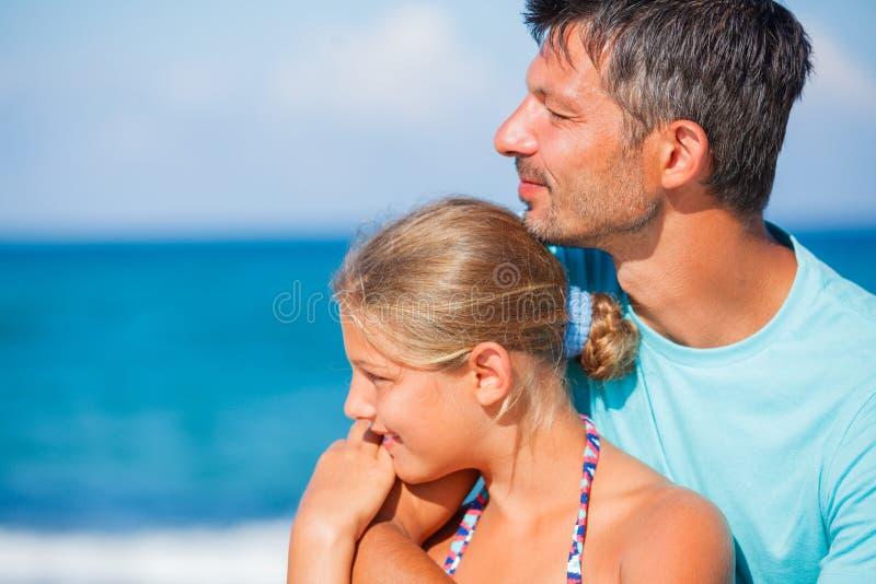 Fader och hans dotter på stranden arkivbilder