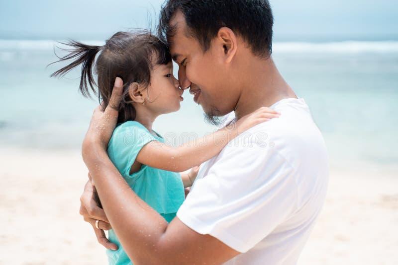 Fader och hans liten flickaaktie för förälskelse arkivfoto