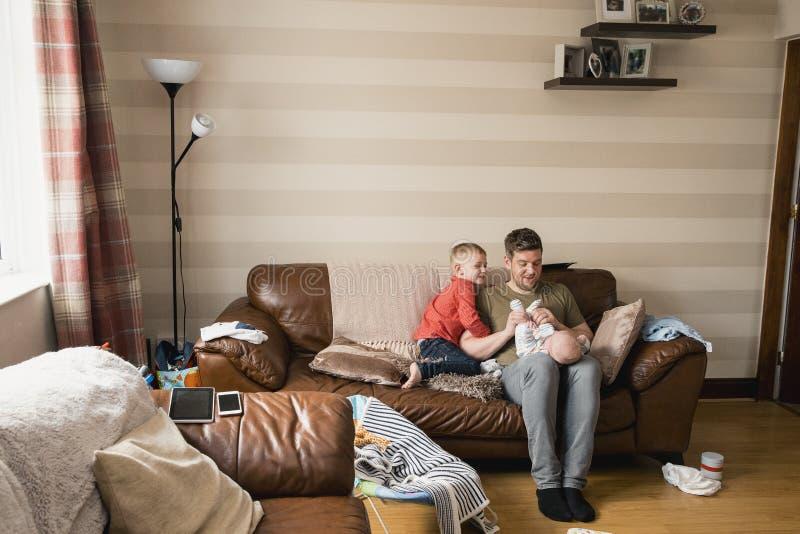 Fader och hans söner som tillsammans spenderar Tid royaltyfri fotografi