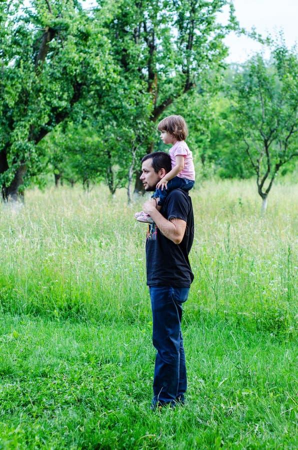 Fader och liten dotter i natur royaltyfri foto