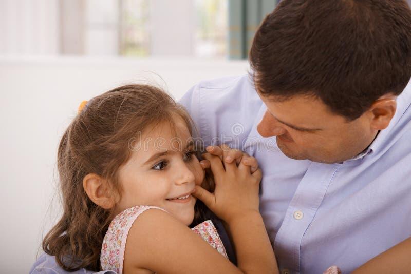 Fader och litet omfamna för dotter royaltyfri bild