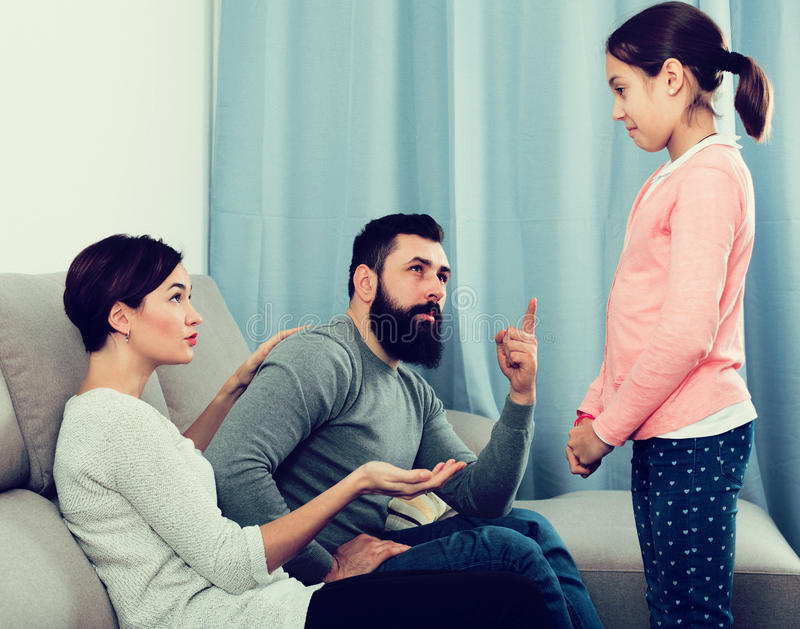 Fader och moder som berättar av dotter fotografering för bildbyråer