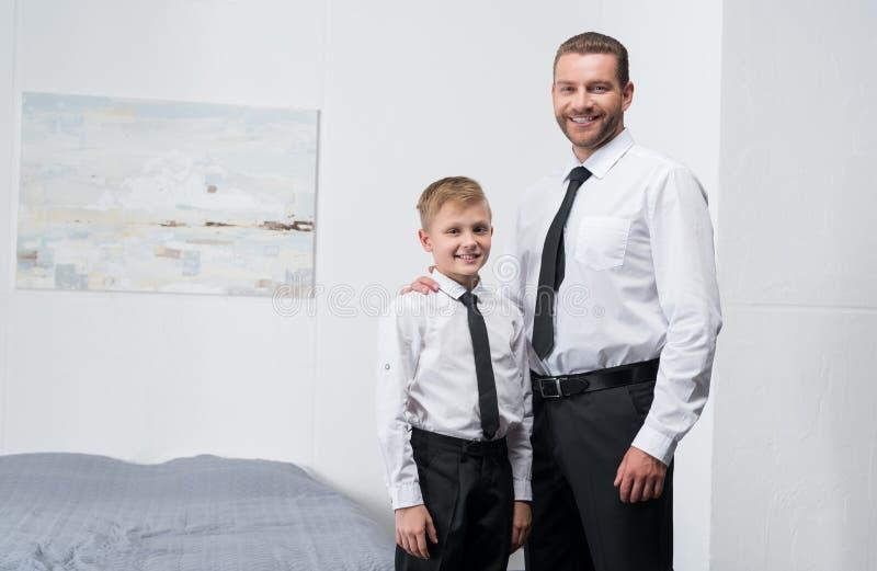 Fader och son i formella kläder royaltyfri foto