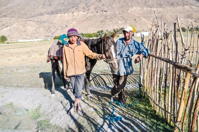 Fader och son i Khorog i Tadzjikistan royaltyfri bild