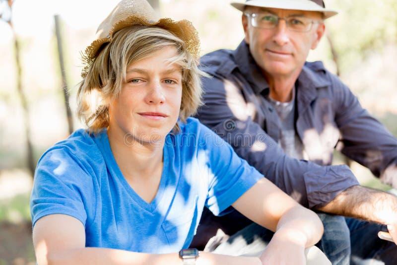 Fader och son i vingård arkivfoto