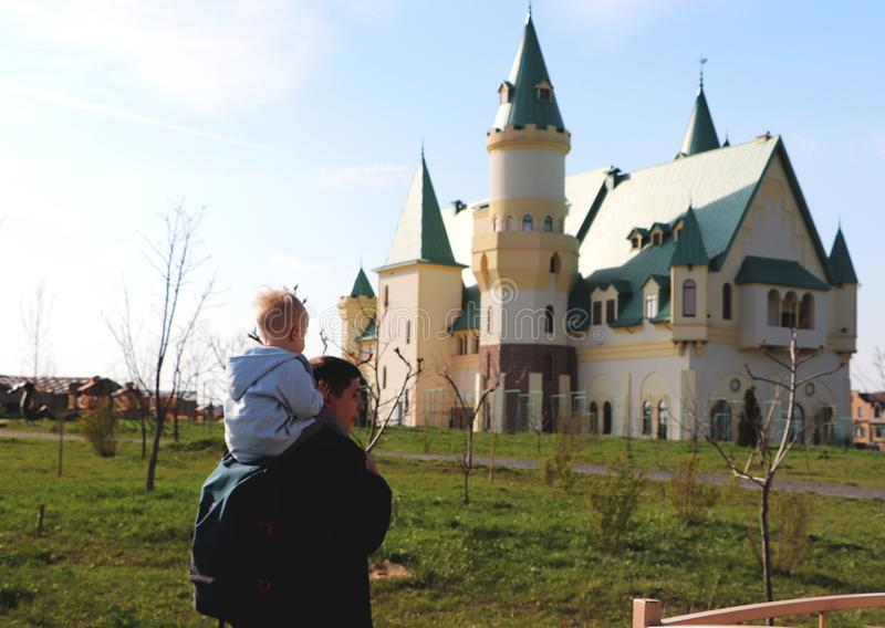 Fader och son mot bakgrunden av slotten Begreppet av loppet fotografering för bildbyråer