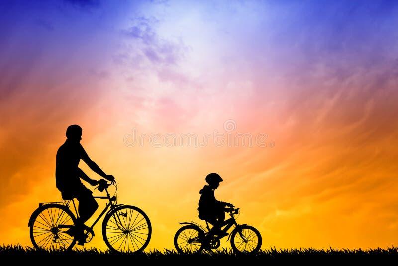 Fader och son som cyklar på solnedgången royaltyfri illustrationer