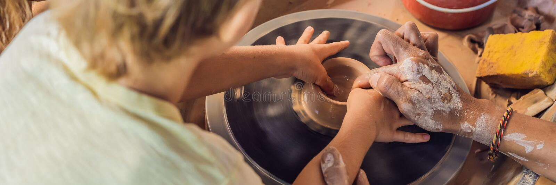 Fader och son som gör den keramiska krukan i krukmakeriseminariumBANRET, LÅNGT FORMAT fotografering för bildbyråer