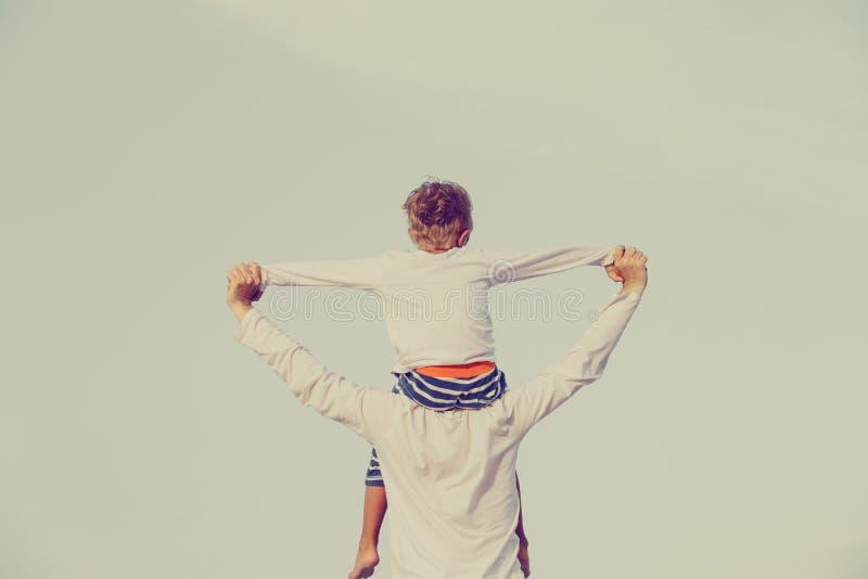 Fader och son som har gyckel på himmel arkivfoton