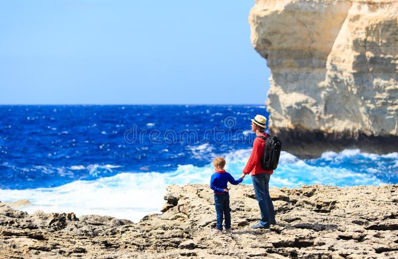 Fader och son som ser berg, familjlopp royaltyfri bild