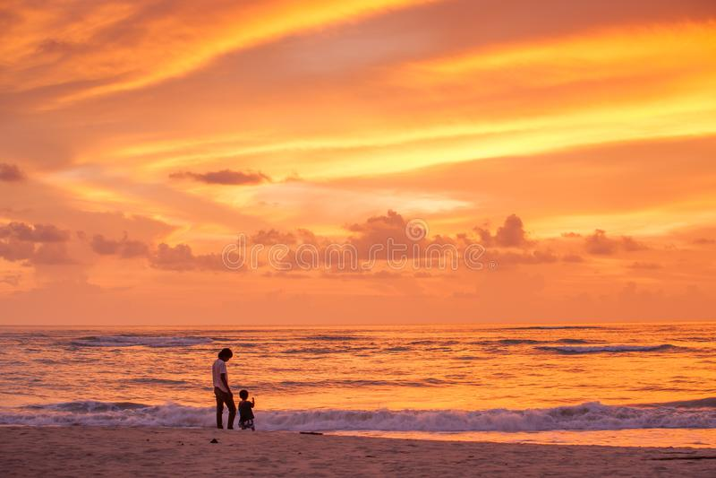 Fader och son som ser solnedgång och fantastisk himmel royaltyfri bild